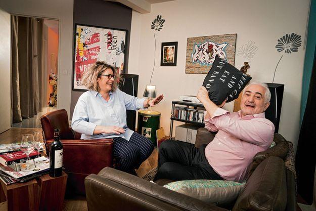 « Restez calme et mangez… » conseille le coussin d'Amérique ! Père et fille réunis chez Caroline. Après (V)ivre Opéra Garnier, elle vient d'ouvrir un deuxième (V)ivre près du canal Saint-Martin.