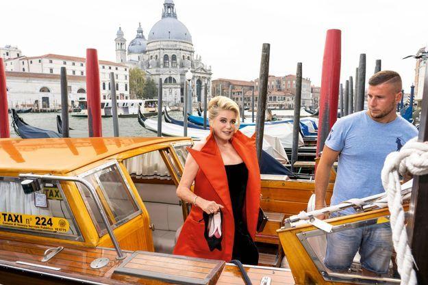 Sur le Grand Canal, c'est en Riva qu'elle se rend à l'avant-première du fi lm qu'elle présente, le 28 août.