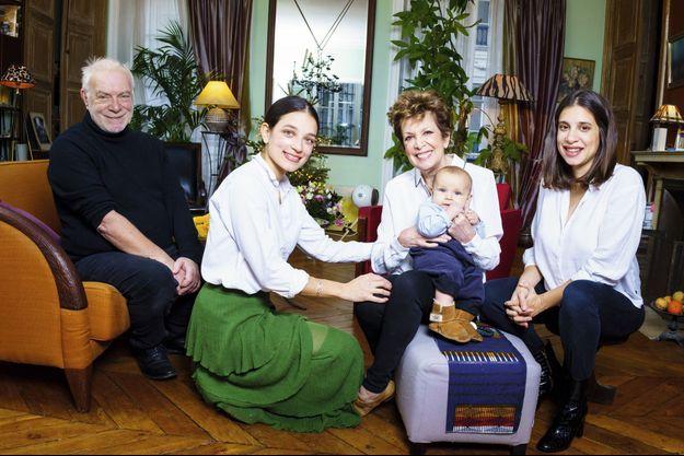 Premier Noël de grand-mère. Avec (de g. à dr.) Thomas Stern, qu'elle a épousé en 2013, Gabrièle, qui vit aux Etats-Unis avec son fils, Saul, et Pia, enceinte de 8 mois. Dans son appartement parisien, le 7 janvier.