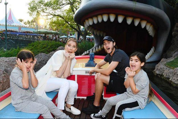 Céline Dion, son fils René-Charles et les jumeaux Eddy et Nelson à Disneyland