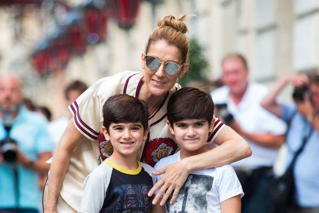 Céline Dion avec ses jumeaux Eddy et Nelson à Paris en juillet 2017