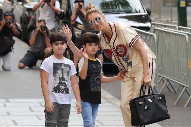 Céline Dion et ses jumeaux Nelson et Eddy en 2017 à Paris