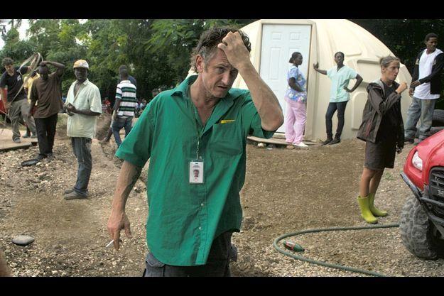 « Papa Penn » C'est ainsi qu'on l'appelle, à Pétionville. Jeudi 4 novembre, il prépare le camp au possible passage de l'ouragan Tomas. Des rigoles sont creusées, l'hôpital de campagne est démonté... Mais, derrière lui, la tente igloo utilisée comme salle d'obstétrique reste en place pour accueillir d'éventuelles parturientes.