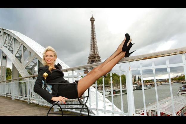 Passerelle Debilly, devant la tour Eiffel. Business woman sexy, Adriana pose sur un fauteuil Patrick Goavec.