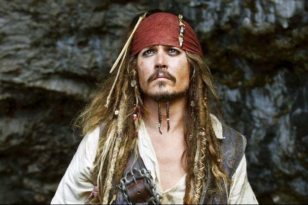 Johnny Depp, toujours convalescent, laisse son costume de pirate au placard