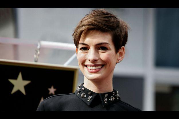 Anne Hathaway, les traits émaciés mais le sourire enjoué le 13 décembre à Hollywood.