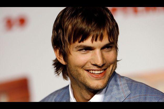 Ashton Kutcher peut avoir le sourire: il a une femme superbe et 1 million de fans.
