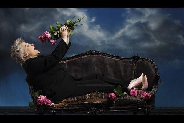 Vendredi 20 avril. Entourée de roses, Josiane Balasko préfère les pivoines, symboles de sincérité.