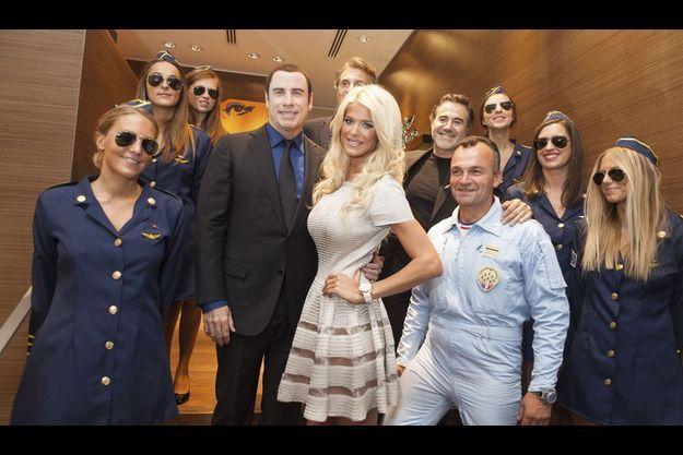 John Travolta et Victoria Silvstedt devant André Uzan. En combinaison bleue, Bruno Bézier, de la Patrouille de France et, derrière lui, José Garcia. Le groupe est entouré par les hôtesses d'Air Breitling.