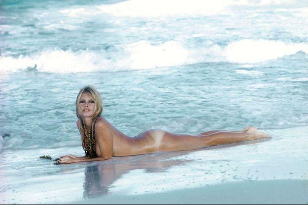 """""""Quand le printemps fait éclater tous les bourgeons/Mes vêtements me pèsent d'une étrange façon"""", chante-t-elle, mutine, dans """"Nue au soleil"""". Brigitte Bardot sur la plage de la Madrague en 1967. Elle a 33 ans."""