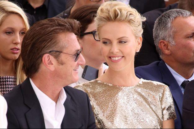 Sean Penn et Charlize Theron le 7 juillet dernier, au défilé Dior à Paris.