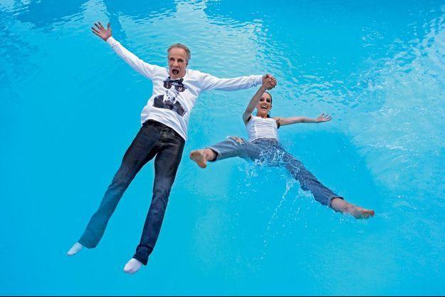 Plongeon, mercredi 8 juillet, dans la piscine du Pigonnet, l'élégant hôtel d'AIx-en-Provence que Christophe a acquis en novembre. Christophe Lambert et Eleanor sont habillés par Stefanie Renoma.