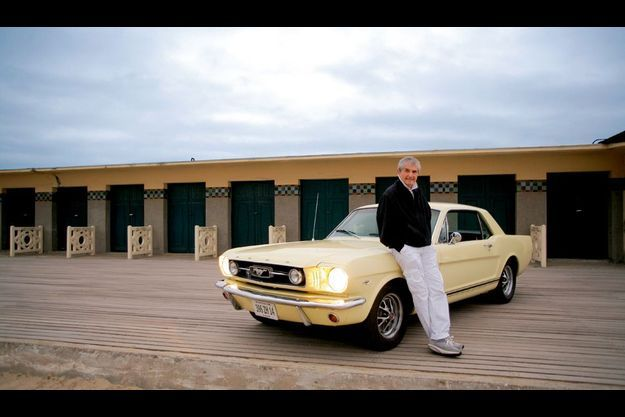 Quand trois légendes se rencontrent au petit matin: un cinéaste, une Ford Mustang de 1966 et les planches de Deauville.