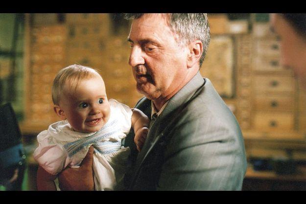 Sur le tournage de « La fille du puisatier », Daniel Auteuil avec Zachary dans les bras, son premier garçon. Père d'Aurore et de Nelly – la fille qu'il a eue avec Emmanuelle Béart –, il est aussi grand-père d'une petite-fille.
