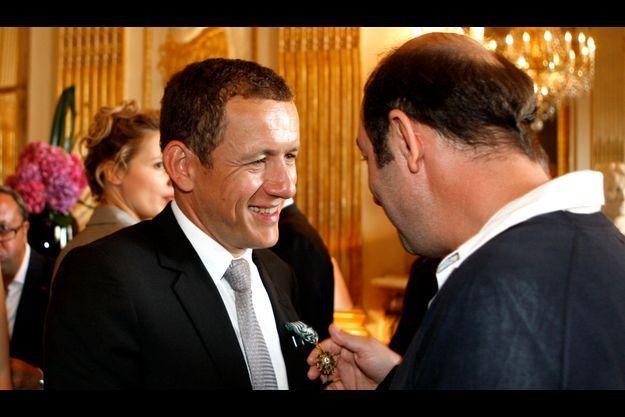 Dany Boon félicité par Kad Merad après avoir été fait officier des Arts et Lettres en 2008.
