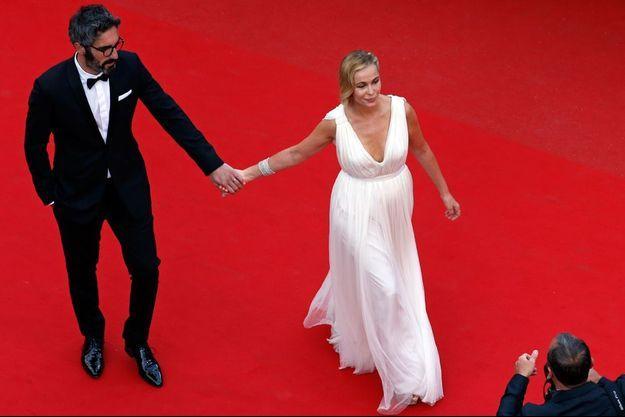 Emmanuelle Béart sur le tapis rouge de Cannes le 15 mai dernier avec son compagnon.