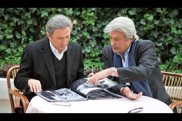 Avec Michel Drucker, à la terrasse de chez Laurent sur les Champs-Elysées, Alain feuillette son album « Les femmes de ma vie » (éd. Carpentier).