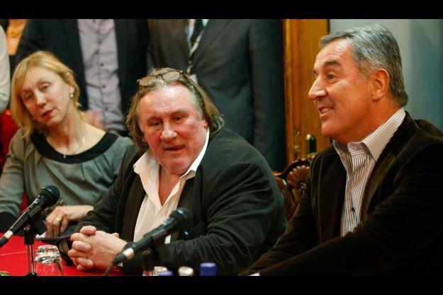 Gérard Depardieu lors de sa conférence de presse au Monténégro, entouré du Premier ministre Milo Djukanovic, et d'un traductrice.