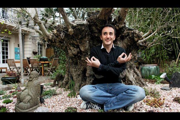 Elie Semoun en plein nstant zen sous l'olivier vieux de 450 ans.