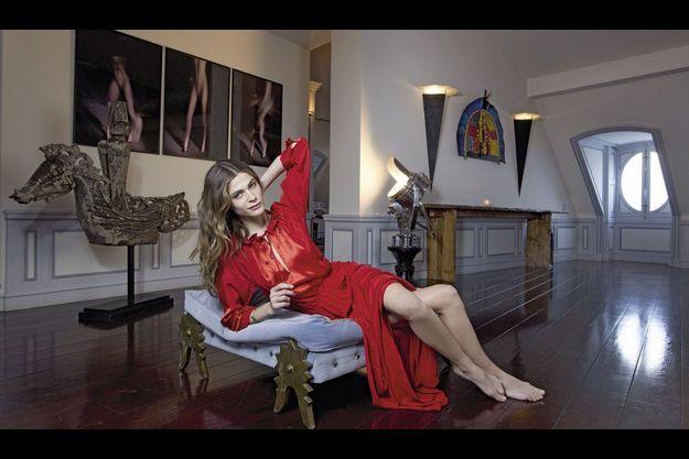 A Paris, dans le salon de Christian Louboutin, son parrain, Elisa porte une robe Antik Batik.