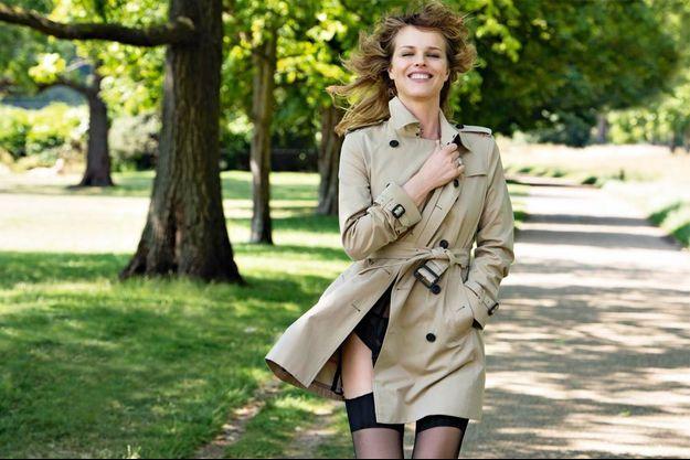 Le 8 juillet à Hyde Park, cette Londonienne d'adoption revisite l'art de porter le trench-coat.
