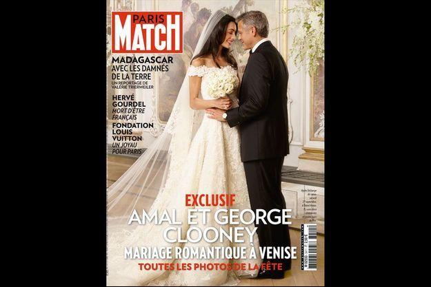 Ils ouvrent le bal au milieu de leurs invités, mais ils sont seuls au monde. Pour elle, il a voulu un mariage princier. Ils passeront leur nuit de noces dans la plus belle suite du palazzo. Amal porte une robe Oscar de la Renta, George un costume Armani.