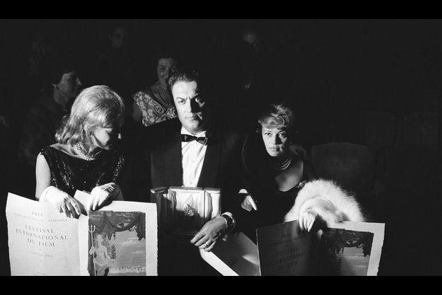Soirée de clôture du 13e Festival de Cannes (1960). Federico Fellini, entouré de Jeanne Moreau et Melina Mercouri, a remporté la Palme d'or avec «La Dolce Vita».