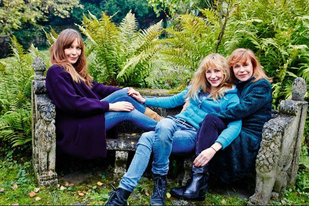 Vendredi 22 novembre 2013, dans le jardin de sa maison, à Bougival, Elisabeth reçoit Julie et Elise.