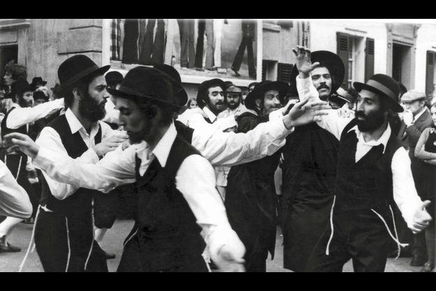 Sur le tournage des « Aventures de Rabbi Jacob », lors de la fameuse danse, Ilan Zaoui est derrière Louis de Funès (au centre).