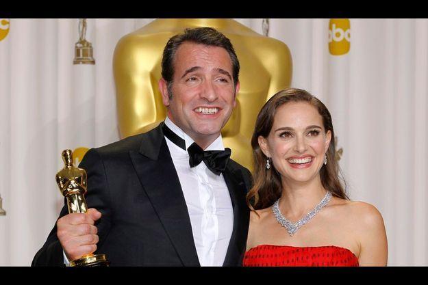 Oscar en main, l'acteur, en costume Lanvin, avec à son bras celle qui lui a remis le prix, Natalie Portman.