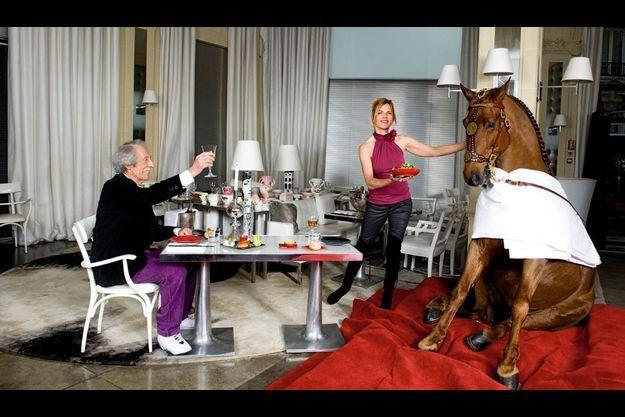 Jean Rochefort trinque à la santé de Gotan. Virginie Coupérie Eiffel, ambassadrice du Gucci Masters, lui apporte sa petite salade fraîcheur.