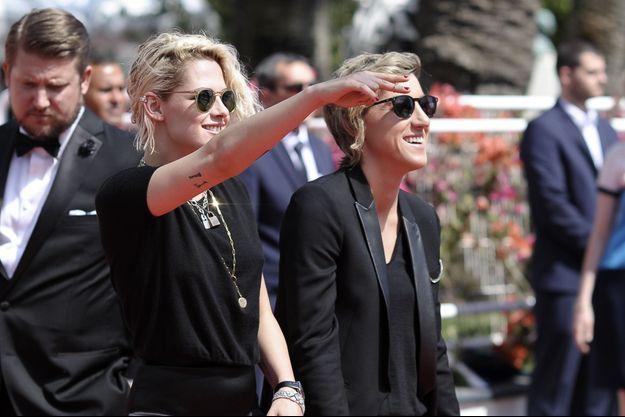 Kristen Stewart et Alicia Cargile, à Cannes, le 15 mai 2016.
