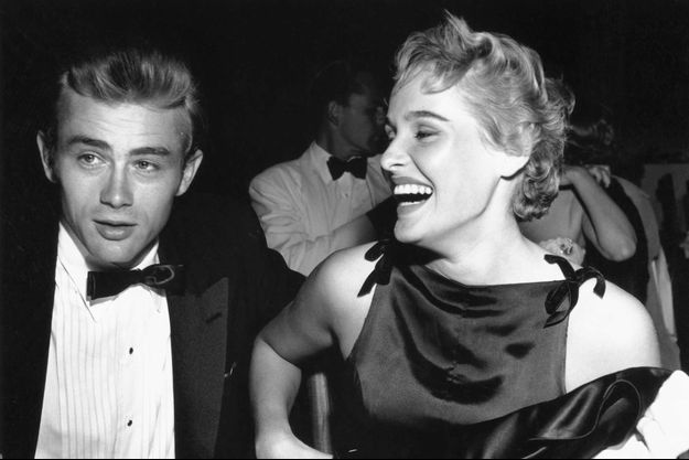 James et Ursula amoureux, au Ciro's, sur Sunset Boulevard à Los Angeles, lors de la soirée de charité du Thalian Ball, le 29 août 1955.