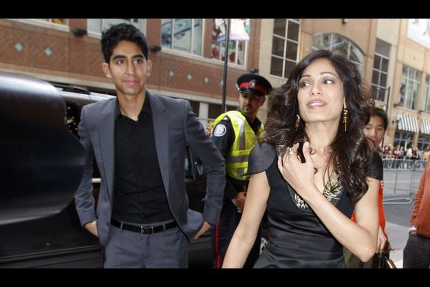 Le sourire de Freida... C'est sa signature et ce qui a séduit Dev Patel (à g.), son compagnon depuis 2009.