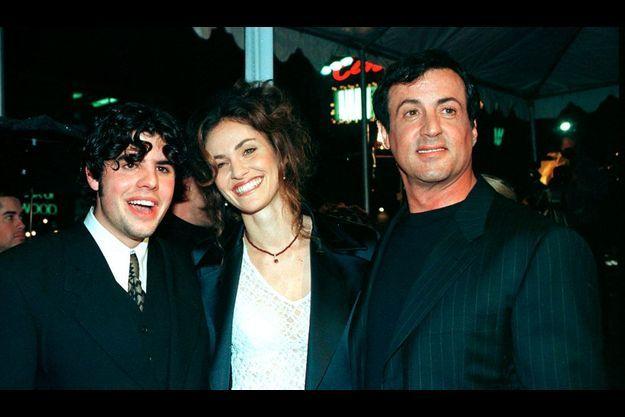 """Sage et Sylvester Stallone à la première de """"Dayllight"""" en 1995. Au centre, l'actrice Amy Brenneman."""
