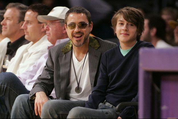 Robert Downey Jr. avec son fils Indio en 2008 lors d'un match des Lakers de Los Angeles.