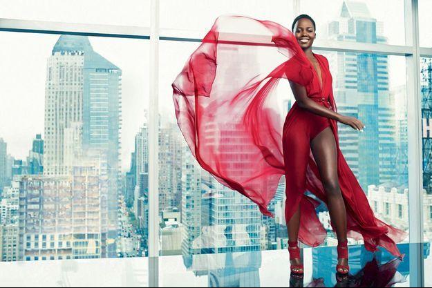 Au 36e étage, devant l'immense baie vitrée d'un penthouse de l'InterContinental, Lupita domine Times Square. Stoïque, elle garde le sourire malgré le vertige.