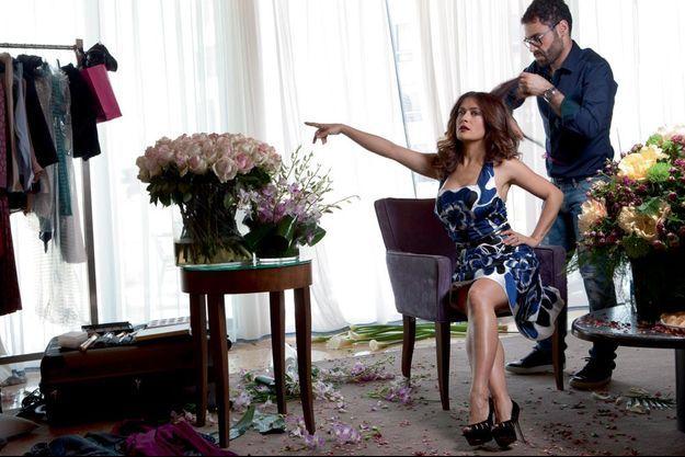 Dernier coup de peigne dans la suite de l'hôtel Le Gray de Beyrouth pour une actrice qui n'a pas peur d'être une star. Salma porte une robe à fleurs Alexander McQueen.