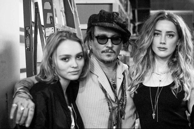 Lily-Rose Depp et son père Johnny Depp, avec Amber Heard, à Los Angeles, en janvier 2016.