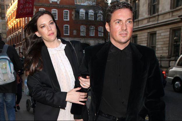 Liv Tyler et Dave Garner en avril dernier à Londre. L'actrice arborait déjà sa bague de fiançailles.