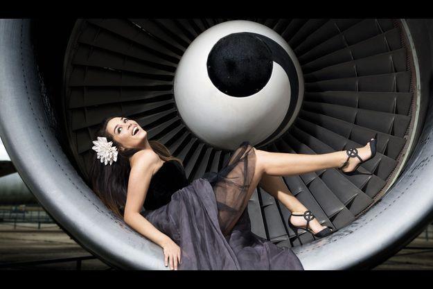 La fille de Patrick Dewaere au cœur d'un réacteur du musée de l'Air et de l'Espace, aéroport du Bourget.