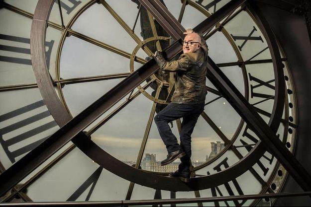 Au 5e étage du musée d'Orsay. L'acteur a vaincu son vertige, mais pas au point de se balancer sur les aiguilles de l'horloge, comme dans la scène du flm muet « Monte là-dessus », avec Harold Lloyd.