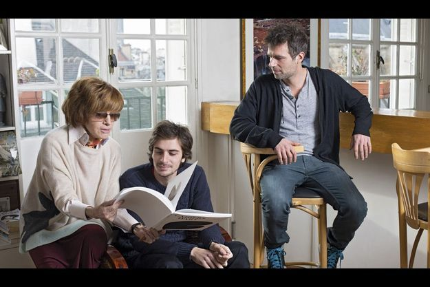 A Paris, le 6 décembre, avec son fils Vincent Trintignant, 39 ans (à dr.), et son petit-fils Roman Kolinka, 26 ans.