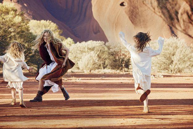 Nicole Kidman au pied du site australien mythique Ayers Rock.