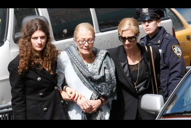 Vanessa Redgrave, la mère de Natasha Richardson (au centre), avec sa fille Joely Richardson (à dr.) et Daisy Bevan, la fille de Joely (à g.), le 20 mars 2009 lors de leur arrivée à la veillée mortuaire à l'American Irish Historical Society on 5th Avenue in New York.