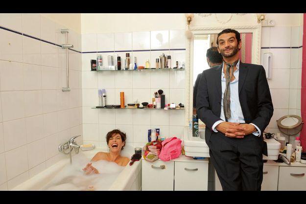 La réalisatrice, Anne Depetrini, est encore dans son bain. L'acteur paufine sa tenue avant de partir au travail. Mais il fait la journée -de rire- continue.