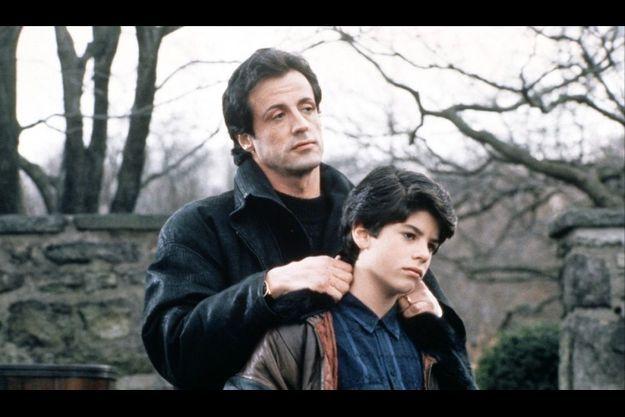 """Sage Stallone dans les bras de son père dans """"Rocky 5""""."""