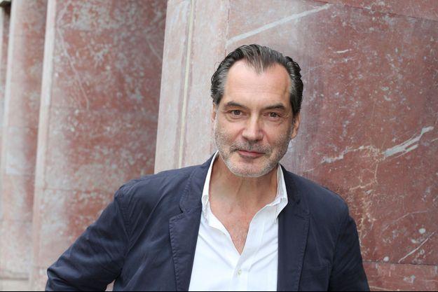 Samuel Labarthe tourne jusqu'en décembre les prochains épisodes de la série « Les petits meurtres d'Agatha Christie », il va doubler Clooney dans son prochain flm et sera au théâtre en 2016 !