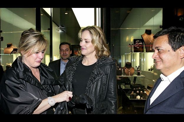 Ce soir-là, chez Edouard Nahum (à dr.), Kelly (à g.) fond en larmes sous l'œil attendri de sa sœur Sharon Stone.
