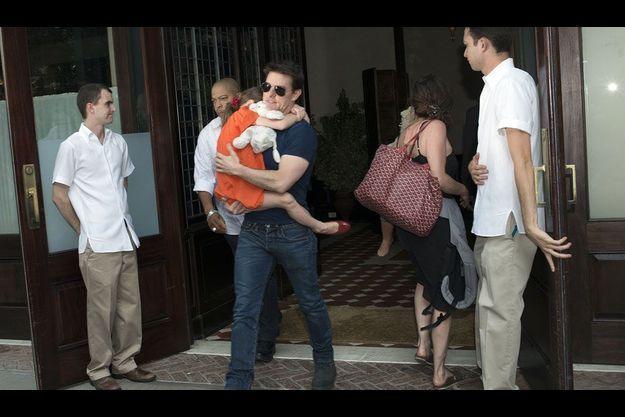 Tom Cruise avec dans sa bras la petite Suri.